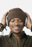 Κινηματογράφηση σε πρώτο πλάνο της χαλαρωμένης μουσικής ακούσματος νεαρών άνδρων μέσω των ακουστικών Στοκ Εικόνες
