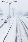 Κινηματογράφηση σε πρώτο πλάνο της χιονώδους εθνικής οδού άνωθεν Στοκ φωτογραφία με δικαίωμα ελεύθερης χρήσης