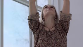 Κινηματογράφηση σε πρώτο πλάνο της όμορφης γυναίκας γιόγκας που εισπνέει και που φέρνει βαθειά τα χέρια σε Namaste απόθεμα βίντεο