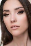 Κινηματογράφηση σε πρώτο πλάνο της όμορφης γυναίκας brunette με τα όμορφα μάτια και του χάσματος μεταξύ των δοντιών Στοκ εικόνες με δικαίωμα ελεύθερης χρήσης