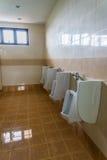 Κινηματογράφηση σε πρώτο πλάνο τουαλετών σε ένα εσωτερικό κτηρίου Στοκ Φωτογραφία