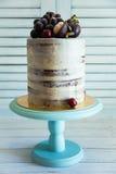 Κινηματογράφηση σε πρώτο πλάνο του άσπρου και καφετιού κέικ με τη διακόσμηση των σταφυλιών και του μ Στοκ Εικόνες