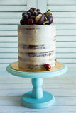 Κινηματογράφηση σε πρώτο πλάνο του άσπρου και καφετιού κέικ με τη διακόσμηση των σταφυλιών και του μ Στοκ εικόνες με δικαίωμα ελεύθερης χρήσης