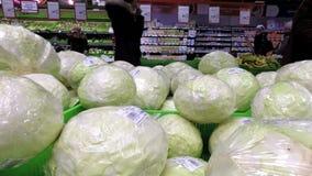 Κινηματογράφηση σε πρώτο πλάνο του λάχανου στην υπεραγορά απόθεμα βίντεο