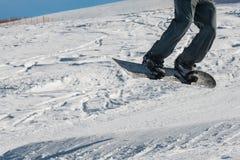 Κινηματογράφηση σε πρώτο πλάνο του άλματος ελεύθερης κολύμβησης snowboarder Στοκ φωτογραφίες με δικαίωμα ελεύθερης χρήσης