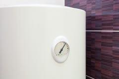 Κινηματογράφηση σε πρώτο πλάνο του αισθητήρα θερμοκρασίας στον ηλεκτρικό θερμοσίφωνα τοίχων λεβήτων Στοκ Φωτογραφία