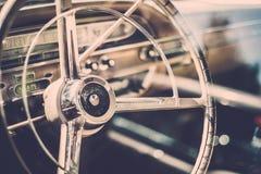 Κινηματογράφηση σε πρώτο πλάνο του αναδρομικού μέρους αυτοκινήτων στοκ φωτογραφία