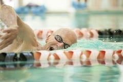 Κινηματογράφηση σε πρώτο πλάνο του ανώτερου κολυμβητή στοκ φωτογραφία με δικαίωμα ελεύθερης χρήσης