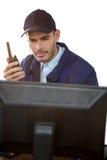 Κινηματογράφηση σε πρώτο πλάνο του αξιωματικού ασφαλείας που μιλά walkie-talkie Στοκ φωτογραφίες με δικαίωμα ελεύθερης χρήσης