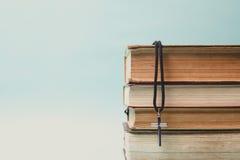 Κινηματογράφηση σε πρώτο πλάνο του απλού χριστιανικού διαγώνιου περιδεραίου στην ιερή Βίβλο Στοκ Φωτογραφίες