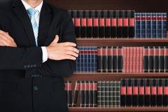 Κινηματογράφηση σε πρώτο πλάνο του αρσενικού δικηγόρου με το βραχίονα που διασχίζεται στοκ φωτογραφία με δικαίωμα ελεύθερης χρήσης
