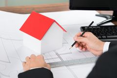 Κινηματογράφηση σε πρώτο πλάνο του αρχιτέκτονα που κάνει το σχεδιάγραμμα στοκ φωτογραφίες με δικαίωμα ελεύθερης χρήσης