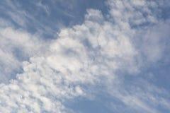 Κινηματογράφηση σε πρώτο πλάνο του ασυνήθιστου σχηματισμού σύννεφων: Σωρείτης ή Chemtrail; στοκ φωτογραφίες
