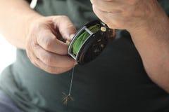 Κινηματογράφηση σε πρώτο πλάνο του ατόμου με το αλιευτικό εργαλείο μυγών Στοκ Φωτογραφία