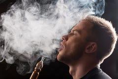 Κινηματογράφηση σε πρώτο πλάνο του ατόμου που καπνίζει τον παραδοσιακό σωλήνα hookah Στοκ φωτογραφία με δικαίωμα ελεύθερης χρήσης