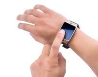 Κινηματογράφηση σε πρώτο πλάνο του ατόμου που χρησιμοποιεί smartwatch app με το δάχτυλο Στοκ φωτογραφία με δικαίωμα ελεύθερης χρήσης