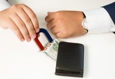 Κινηματογράφηση σε πρώτο πλάνο του ατόμου στο κοστούμι που τραβά το πορτοφόλι χρημάτων έξω με το μαγνήτη Στοκ φωτογραφίες με δικαίωμα ελεύθερης χρήσης