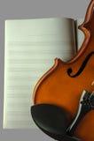 Κινηματογράφηση σε πρώτο πλάνο του βιολιού στο φύλλο σημειώσεων στοκ φωτογραφίες