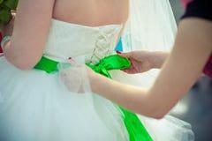 Κινηματογράφηση σε πρώτο πλάνο του γαμήλιου φορέματος κορσέδων δαντελλών Στοκ Φωτογραφία