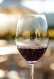 Κινηματογράφηση σε πρώτο πλάνο του γυαλιού κόκκινου κρασιού Στοκ Εικόνες
