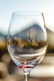 Κινηματογράφηση σε πρώτο πλάνο του γυαλιού κόκκινου κρασιού Στοκ φωτογραφία με δικαίωμα ελεύθερης χρήσης