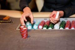 Κινηματογράφηση σε πρώτο πλάνο του εμπόρου χαρτοπαικτικών λεσχών με τα τσιπ και τις κάρτες, εκλεκτική εστίαση Στοκ φωτογραφία με δικαίωμα ελεύθερης χρήσης