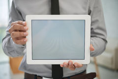 Κινηματογράφηση σε πρώτο πλάνο του επιχειρηματία με την ψηφιακή ταμπλέτα Στοκ φωτογραφία με δικαίωμα ελεύθερης χρήσης