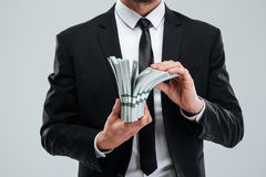 Κινηματογράφηση σε πρώτο πλάνο του επιχειρηματία στα χρήματα εκμετάλλευσης κοστουμιών και δεσμών Στοκ φωτογραφία με δικαίωμα ελεύθερης χρήσης