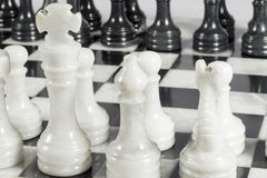 Κινηματογράφηση σε πρώτο πλάνο του λευκού βασιλιά στο άνοιγμα παιχνιδιών σκακιού Μαρμάρινος πίνακας Στοκ Φωτογραφίες