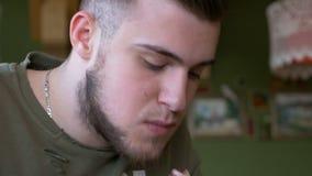 Κινηματογράφηση σε πρώτο πλάνο του ευτυχούς ατόμου που τρώει καλά τρόφιμα σε ένα εστιατόριο απόθεμα βίντεο