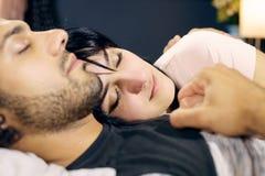 Κινηματογράφηση σε πρώτο πλάνο του ευτυχούς ειρηνικού ύπνου ζευγών Στοκ Φωτογραφία