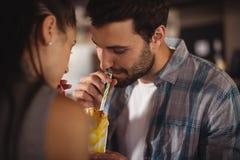 Κινηματογράφηση σε πρώτο πλάνο του ζεύγους που έχει milkshake Στοκ φωτογραφία με δικαίωμα ελεύθερης χρήσης