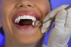 Κινηματογράφηση σε πρώτο πλάνο του θηλυκού ασθενή που έχει τα δόντια της εξετασμένων από τον οδοντίατρο Στοκ φωτογραφίες με δικαίωμα ελεύθερης χρήσης