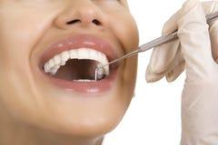 Κινηματογράφηση σε πρώτο πλάνο του θηλυκού ασθενή που έχει τα δόντια της εξετασμένων από τον οδοντίατρο Στοκ εικόνες με δικαίωμα ελεύθερης χρήσης