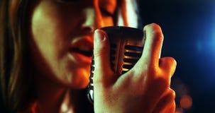 Κινηματογράφηση σε πρώτο πλάνο του θηλυκού τραγουδιού τραγουδιστών στο στούντιο απόθεμα βίντεο