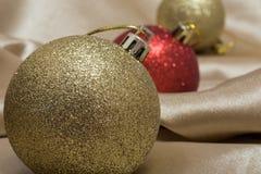 Κινηματογράφηση σε πρώτο πλάνο του διακοσμημένου χριστουγεννιάτικου δέντρου στοκ φωτογραφίες
