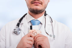 Κινηματογράφηση σε πρώτο πλάνο του ιατρού με τα χρήματα στα χέρια Στοκ φωτογραφία με δικαίωμα ελεύθερης χρήσης