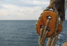 Κινηματογράφηση σε πρώτο πλάνο του ιστού παραδοσιακά sailboats Στοκ Φωτογραφίες