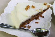 Κινηματογράφηση σε πρώτο πλάνο του κέικ καρότων με το ξύλο καρυδιάς Στοκ Φωτογραφίες