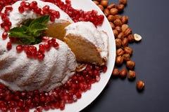 Κινηματογράφηση σε πρώτο πλάνο του κέικ με τα καρύδια και τα μούρα σε ένα πορφυρό υπόβαθρο Κέικ με τα φουντούκια, γρανάτης, μέντα Στοκ εικόνες με δικαίωμα ελεύθερης χρήσης