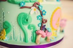 Κινηματογράφηση σε πρώτο πλάνο του κέικ που διακοσμείται με τα ειδώλια ζάχαρης Στοκ Εικόνα