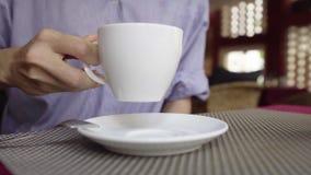 Κινηματογράφηση σε πρώτο πλάνο του καφέ κατανάλωσης γυναικών στον καφέ απόθεμα βίντεο
