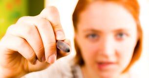Κινηματογράφηση σε πρώτο πλάνο του κοριτσιού με το μολύβι διαθέσιμο Στοκ Εικόνα