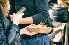 Κινηματογράφηση σε πρώτο πλάνο του κοριτσιού που παίρνει μια φωτογραφία των τροφίμων στην ανοικτή αγορά τροφίμων Στοκ εικόνες με δικαίωμα ελεύθερης χρήσης