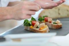 Κινηματογράφηση σε πρώτο πλάνο του μαγειρέματος των χεριών που προετοιμάζουν έναν εκκινητή Στοκ Φωτογραφία