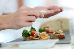 Κινηματογράφηση σε πρώτο πλάνο του μαγειρέματος των χεριών που προετοιμάζουν έναν εκκινητή Στοκ Εικόνες