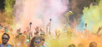 Κινηματογράφηση σε πρώτο πλάνο του μαραθωνίου, άνθρωποι που καλύπτονται με τη χρωματισμένη σκόνη Στοκ φωτογραφίες με δικαίωμα ελεύθερης χρήσης