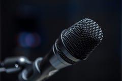 Κινηματογράφηση σε πρώτο πλάνο του μικροφώνου στη αίθουσα συνδιαλέξεων ή τη αίθουσα συναυλιών Στοκ εικόνα με δικαίωμα ελεύθερης χρήσης