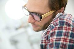 Κινηματογράφηση σε πρώτο πλάνο του μοντέρνου ατόμου που μιλά στο smartphone Στοκ φωτογραφίες με δικαίωμα ελεύθερης χρήσης
