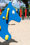Κινηματογράφηση σε πρώτο πλάνο του μπλε αλόγου στην παιδική χαρά στοκ εικόνα με δικαίωμα ελεύθερης χρήσης
